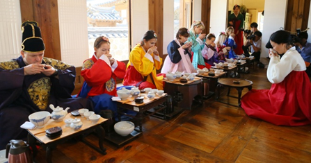 MizMedi Hospital hosts tea ceremony to cheer up foreign patients