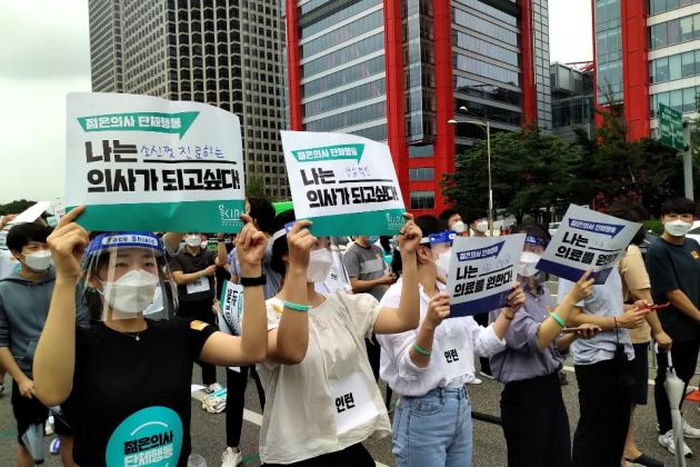 [Photo News] Trainee doctors hit streets against increasing physicians