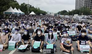 Trainee doctors stage massive rally to oppose increasing medical students
